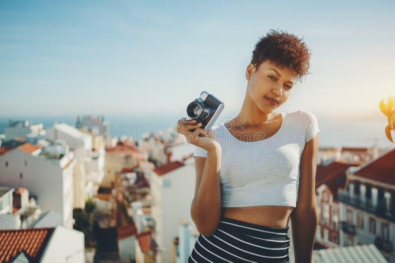 Moça Biracial com a câmera retro da foto em Lisboa imagens de stock royalty free