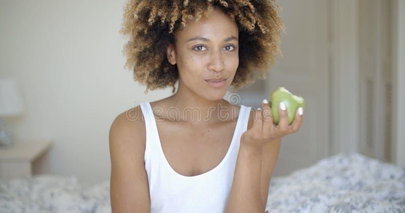 Moça bonita com Apple fotografia de stock royalty free
