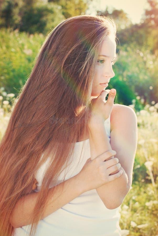 Moça bonita com cabelo muito longo fora foto de stock