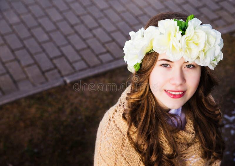 Moça bonita com um ornamento floral em seu cabelo foto de stock royalty free