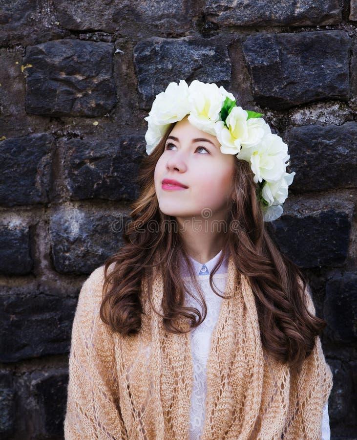 Moça bonita com um ornamento floral em seu cabelo imagens de stock