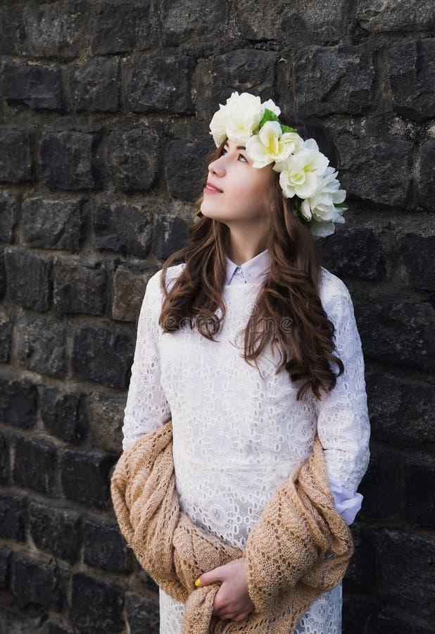 Moça bonita com um ornamento floral em seu cabelo fotos de stock royalty free