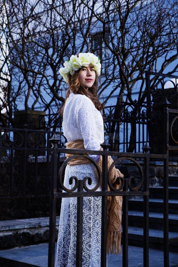 Moça bonita com um ornamento floral em seu cabelo imagens de stock royalty free