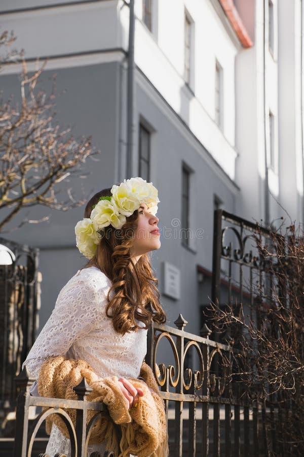 Moça bonita com um ornamento floral em seu cabelo fotografia de stock