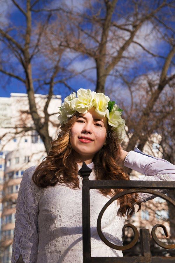 Moça bonita com um ornamento floral em seu cabelo fotos de stock