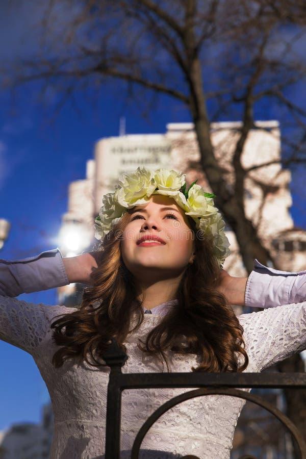 Moça bonita com um ornamento floral em seu cabelo foto de stock