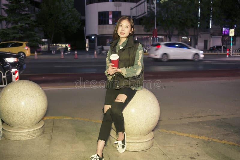Moça bonita da forma que levanta na rua da noite perto da estrada imagem de stock royalty free