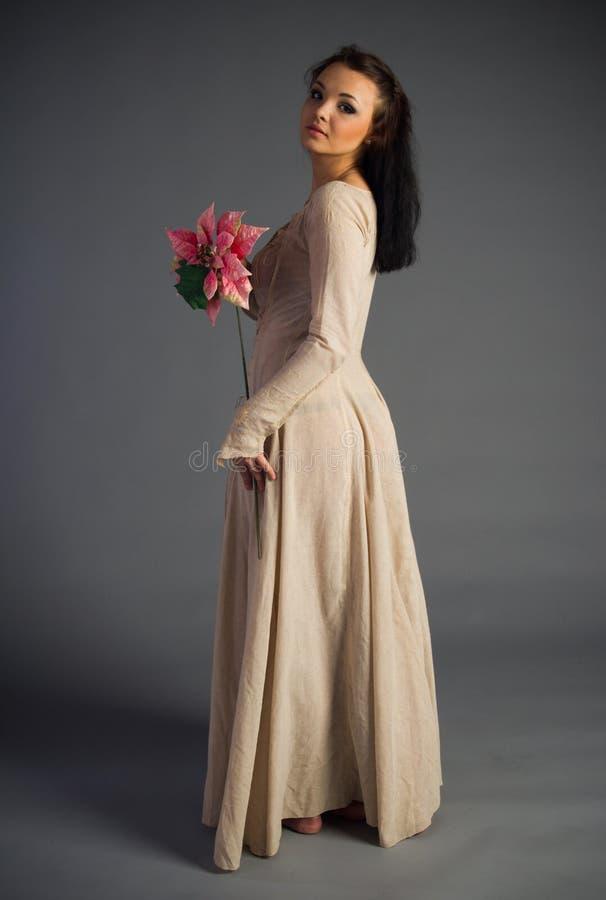 Moça bonita em um vestido histórico imagens de stock