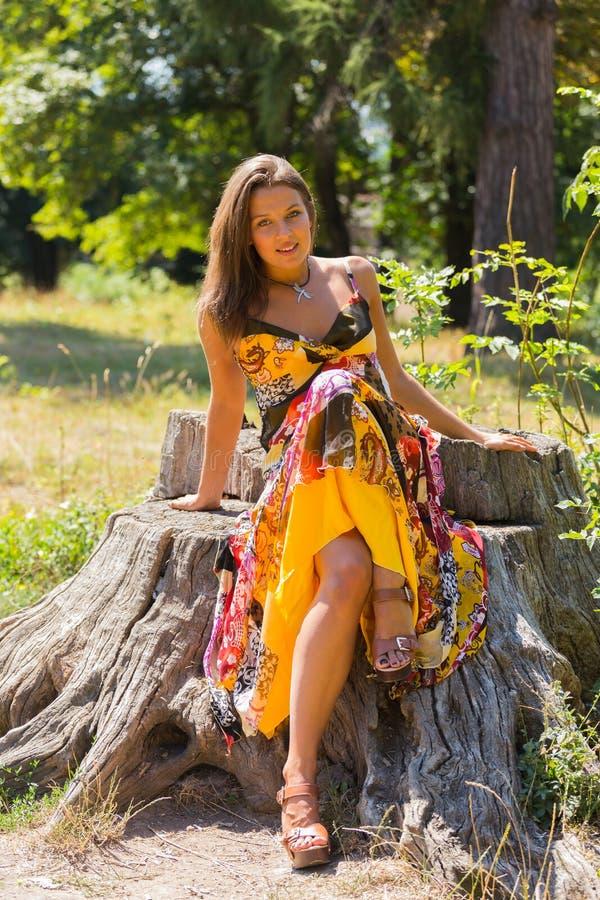 Moça bonita entre o parque imagem de stock royalty free