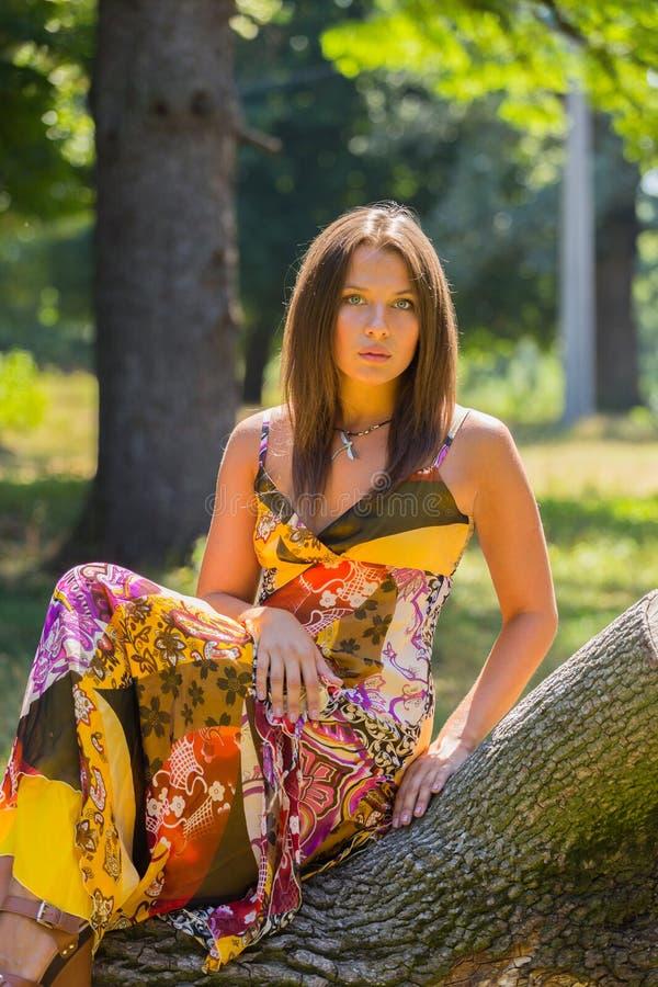 Moça bonita entre o parque imagens de stock