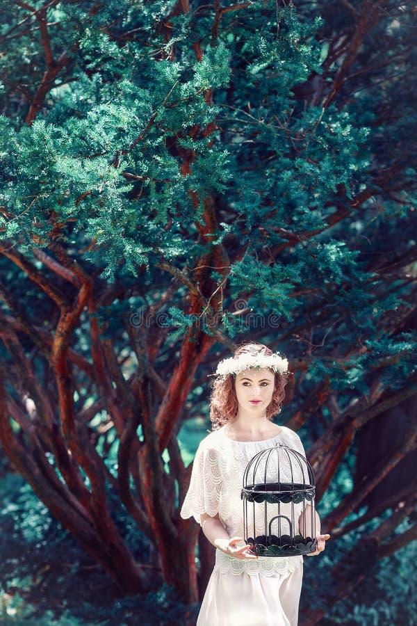 Moça bonita fora no parque imagem de stock