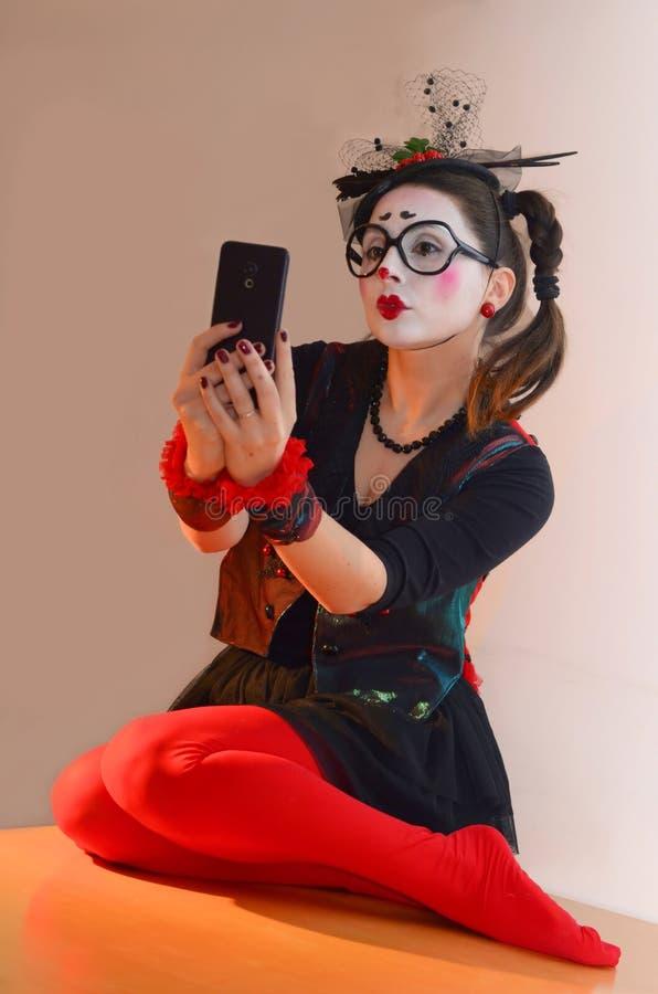 A moça bonita mimica, fazendo o selfie foto de stock