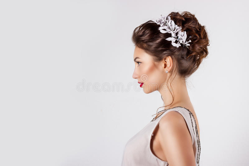 Moça bonita na imagem da noiva, penteado bonito com as flores em seu cabelo, penteado do casamento para a noiva imagem de stock