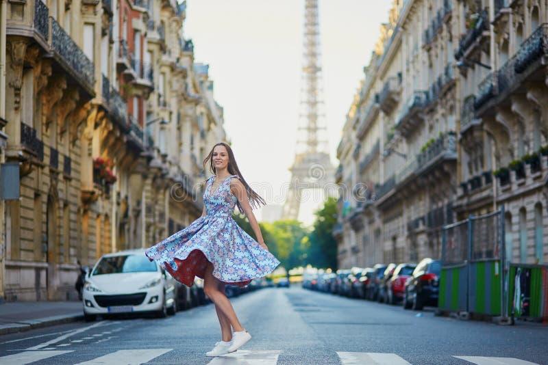 Moça bonita na rua em Paris fotos de stock royalty free