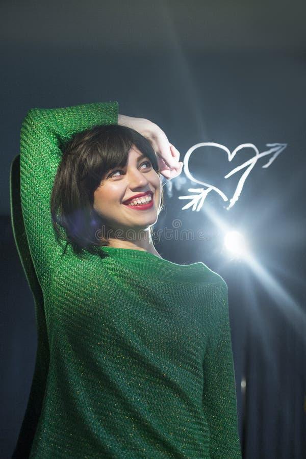 Moça bonita no amor e na fantasia, amor, coração do desenho imagem de stock