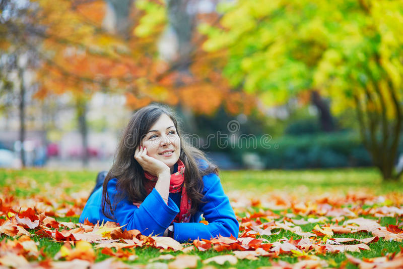 Moça bonita no jardim de Luxemburgo de Paris fotos de stock royalty free