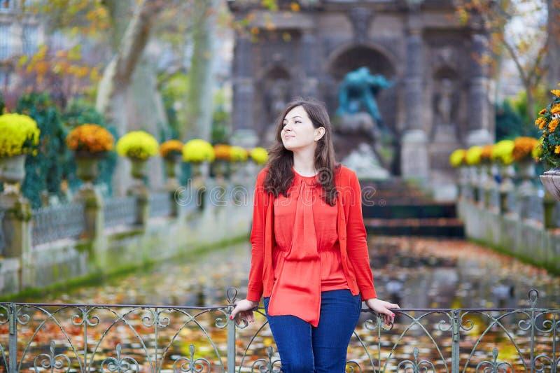 Moça bonita no jardim de Luxemburgo de Paris imagens de stock