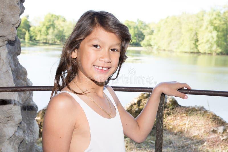 Moça bonita no sorriso e na felicidade do beira-rio fotos de stock royalty free