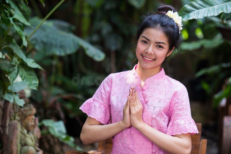 Moça bonita no sorriso tradicional tailandês da boa vinda do vestido imagens de stock royalty free