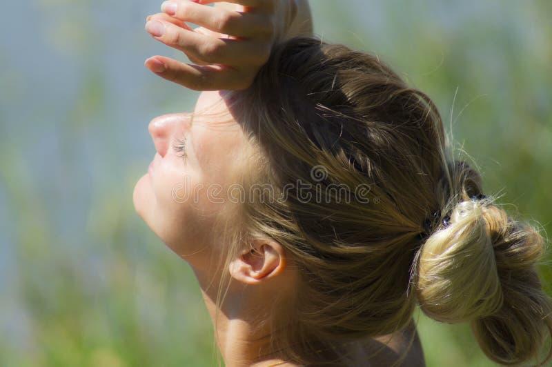 Moça bonita que aprecia o bom tempo no dia de verão ensolarado imagem de stock