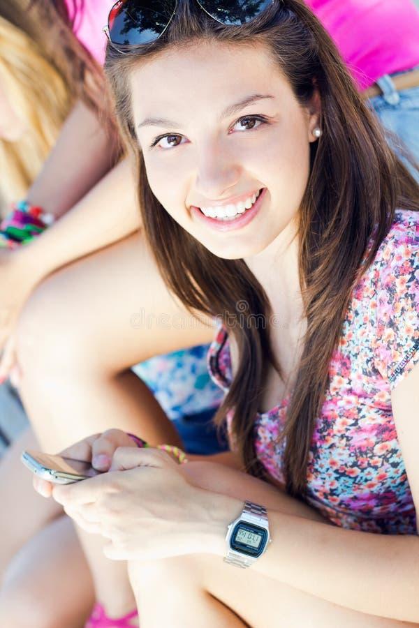 Moça bonita que conversa com smartphone