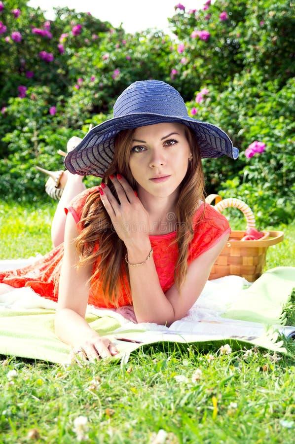 Moça bonita que descansa na natureza fotografia de stock royalty free