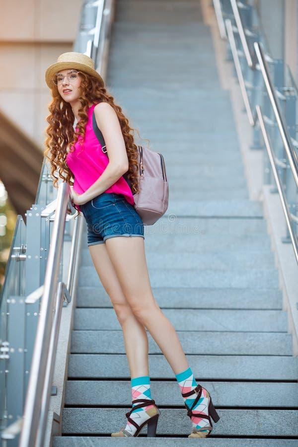 Moça bonita que levanta em etapas em um fundo da cidade foto de stock royalty free