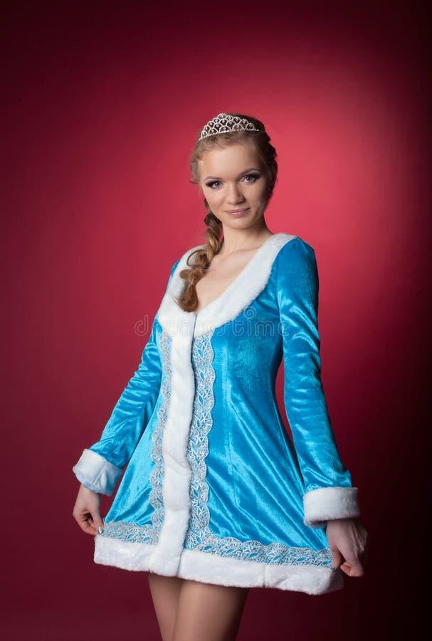 Moça bonita que levanta no terno da donzela da neve fotografia de stock royalty free