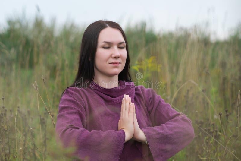 Moça bonita que medita no parque do outono fotografia de stock royalty free