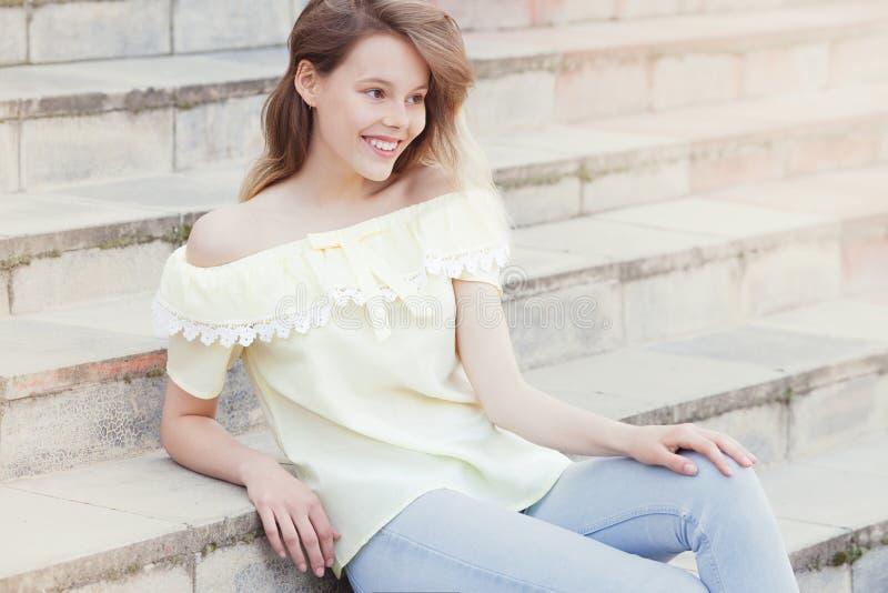 Moça bonita que sorri em escadas imagens de stock