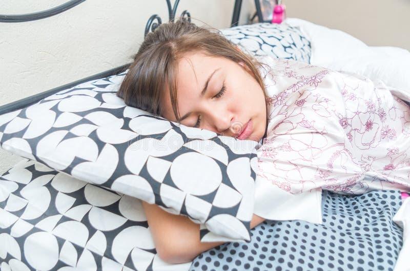 Moça bonito que dorme abraçando o descanso imagens de stock