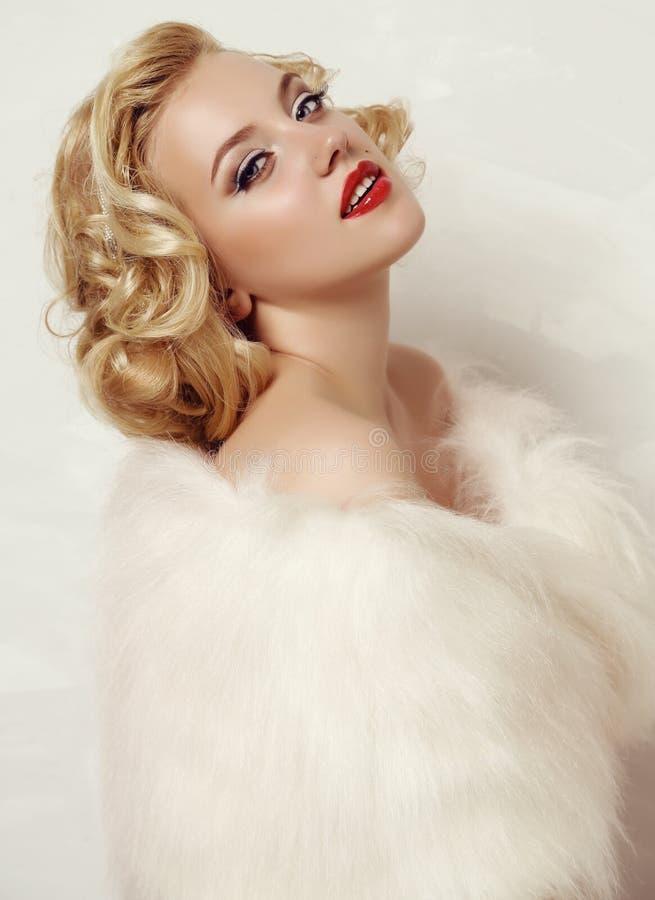 Moça com cabelo louro e composição brilhante com acessórios fotos de stock