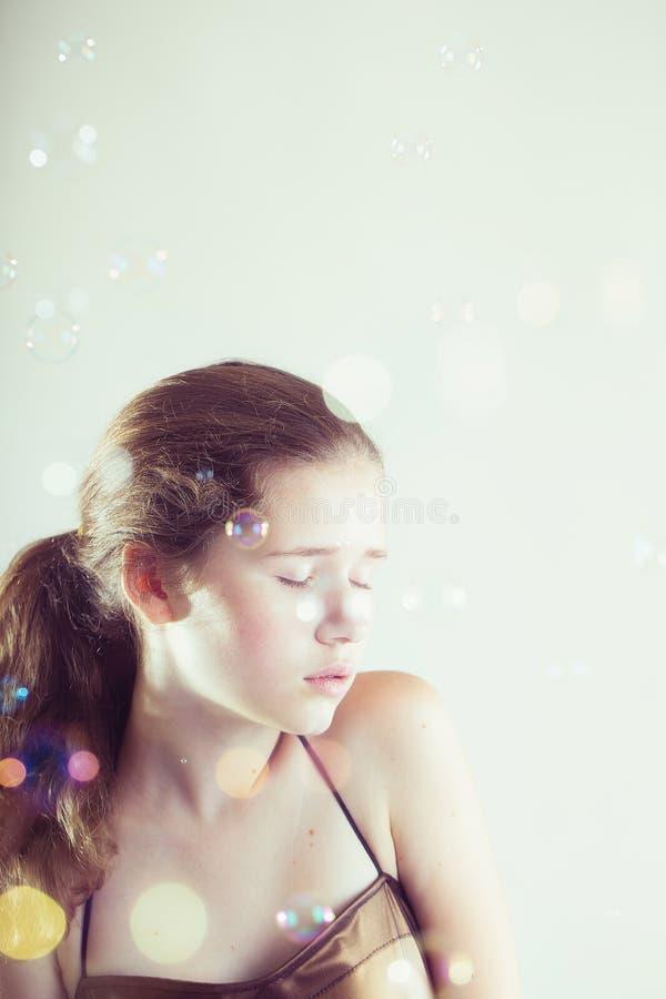 Moça com cabelo recolhido em um vestido imagem de stock