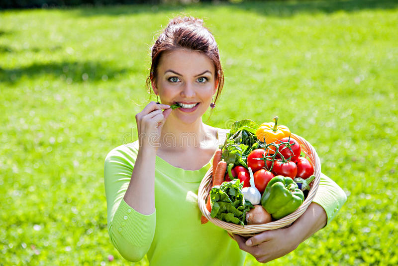 Moça com a cesta completa do alimento saudável fotos de stock