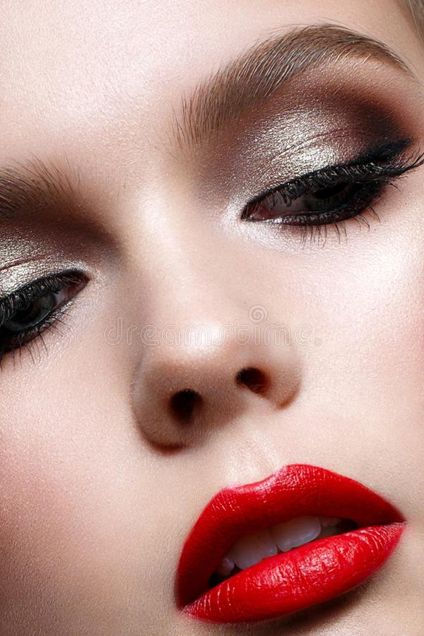Moça com composição da noite e os bordos vermelhos Modelo bonito na imagem do Valentim de Saint Pele perfeita foto de stock royalty free