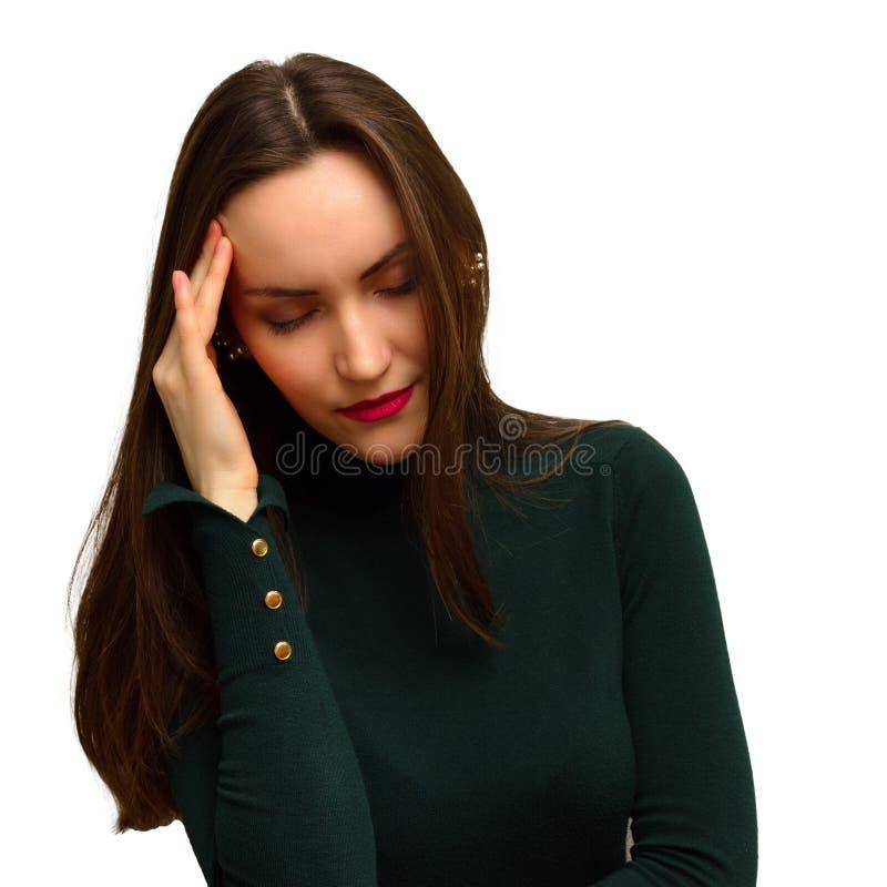 A moça com dor de cabeça guarda a cabeça com sua mão a dor em seus templos migraine imagens de stock