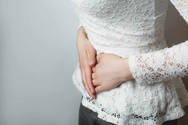 Moça com fim abdominal da dor acima fotos de stock