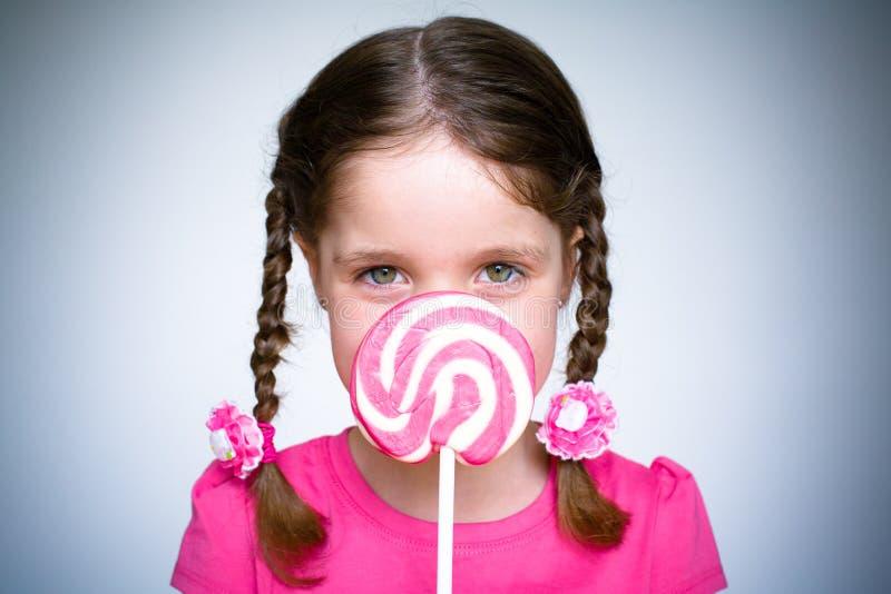 Moça com Lollypop foto de stock