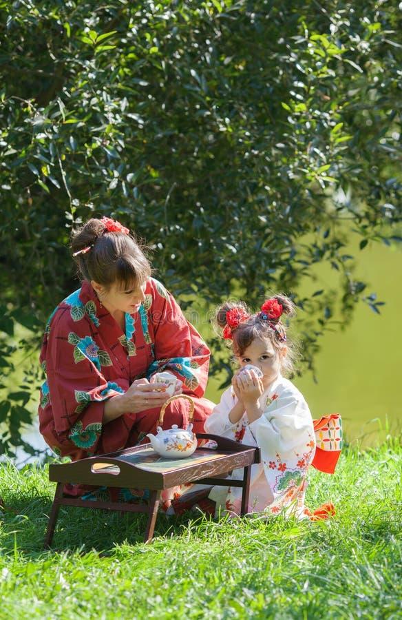 A moça com a mulher no quimono imagens de stock