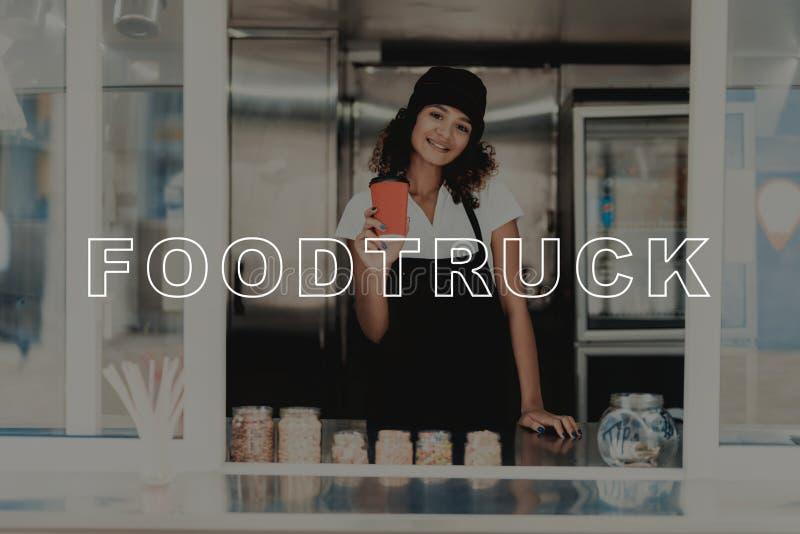 Moça com o café que levanta no caminhão do alimento fotografia de stock royalty free