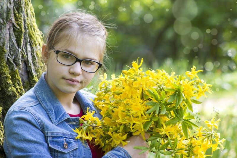 Moça com o ramalhete grande de flores da mola foto de stock royalty free