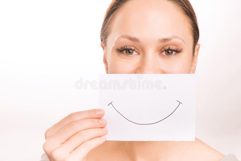 Moça com papel do smiley foto de stock royalty free