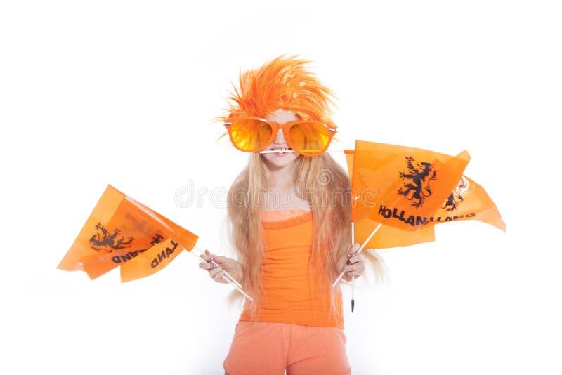 Moça com peruca alaranjada e vidros que acenam bandeiras fotos de stock royalty free