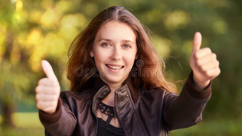 Moça com polegar do gesto acima Mulher de neg?cios do sucesso fotos de stock