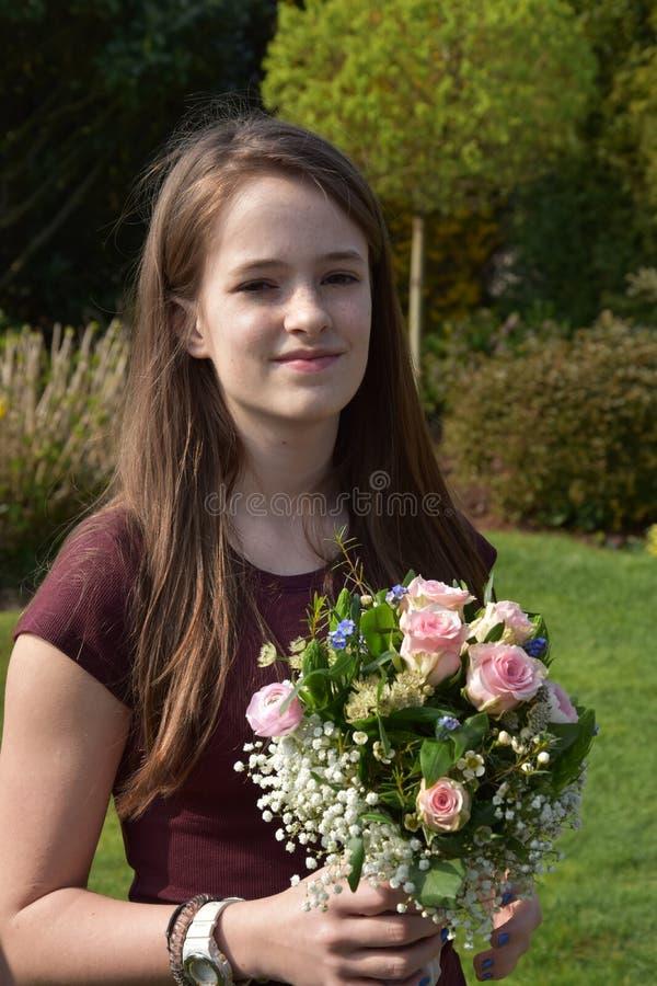 Moça com ramalhete da flor foto de stock