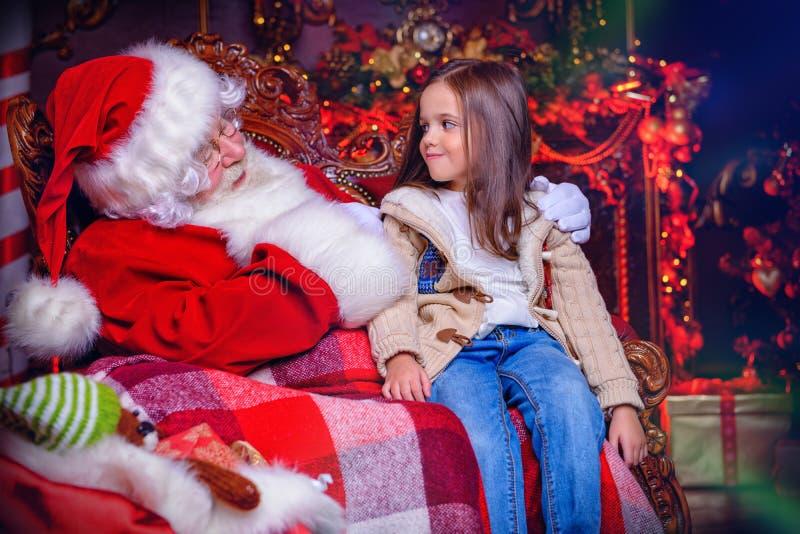 Moça com Santa fotos de stock