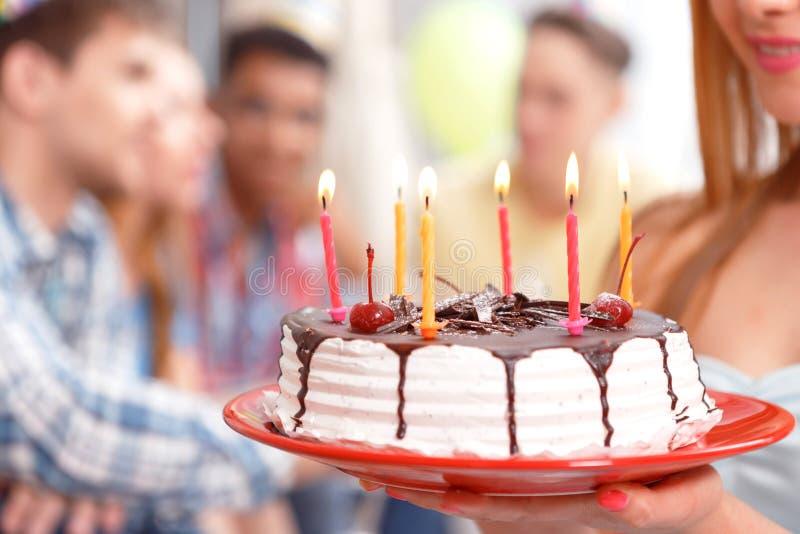 Moça com seu bolo de aniversário imagem de stock royalty free