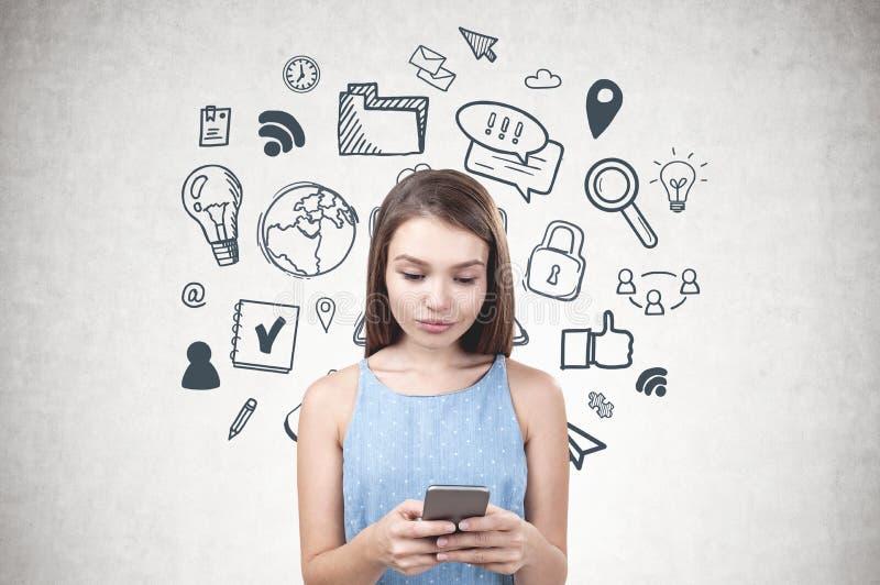 Moça com smartphone, ícones do Internet fotografia de stock royalty free