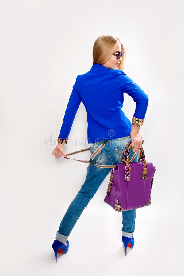 Moça com um saco em sua mão isolada imagens de stock royalty free