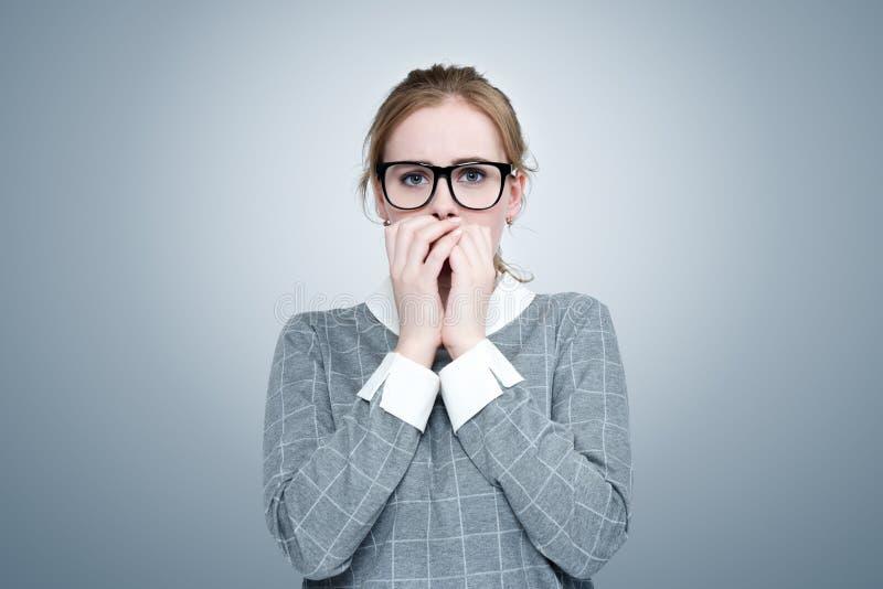A moça com vidros está muito receosa Emoção profunda do conceito do medo fotografia de stock